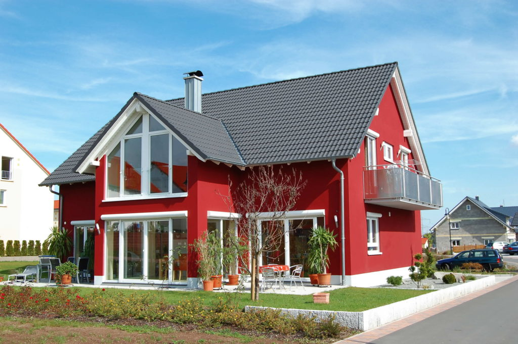 Jolie maison avec façade rouge